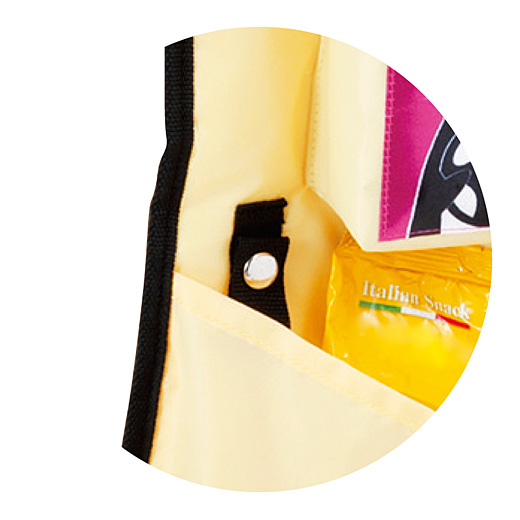 レジ袋の持ち手を引っ掛けてパチンと留められるループ付き。簡易ゴミ入れやタオル掛けにも便利!