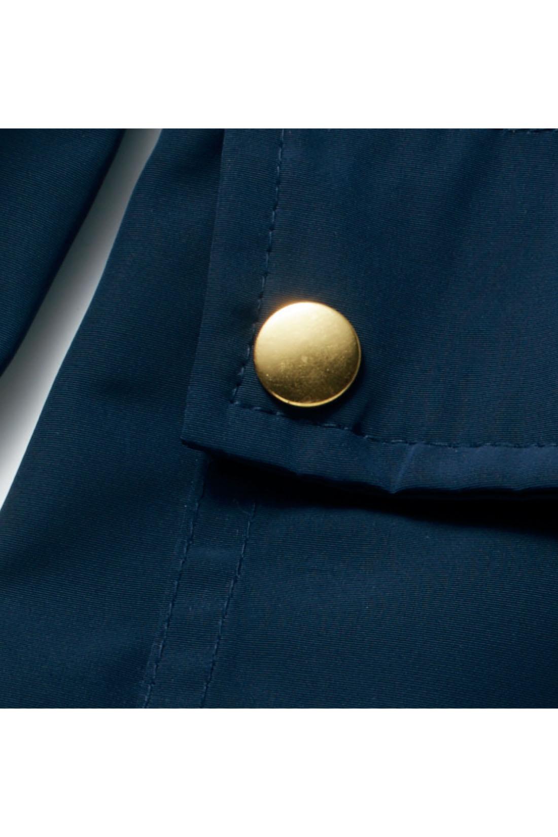 軽やかなポリエステル素材は滑りがよく着脱もらくちん。上品なゴールドボタンがポイント。