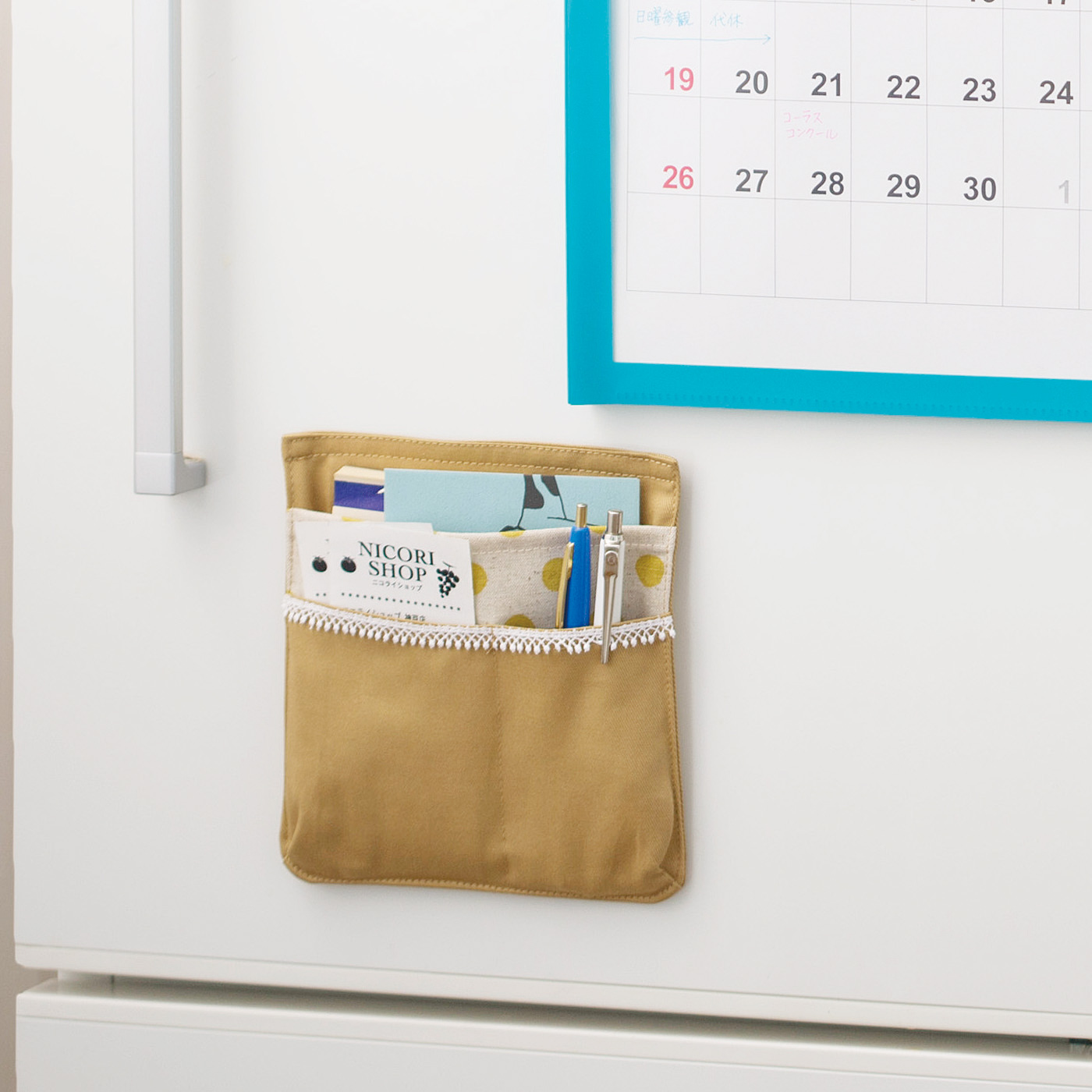 払い込み表やハガキ入れに。ペンを入れられるから、子どもの連絡帳もキッチンで書ける!
