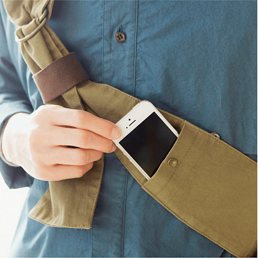 ストラップの両端に定期入れなどサッと取り出せるポケット付き。