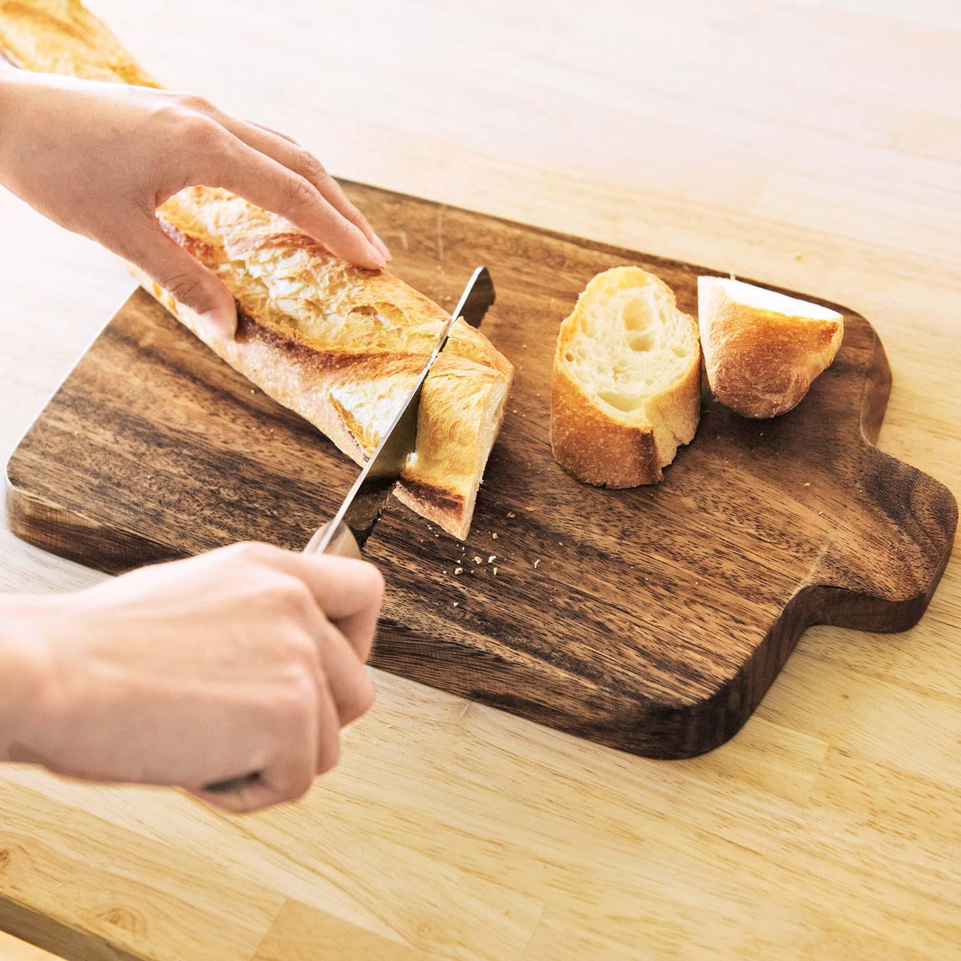 裏面のカッティングボードでパンやチーズをカットしてそのまま食卓へ。