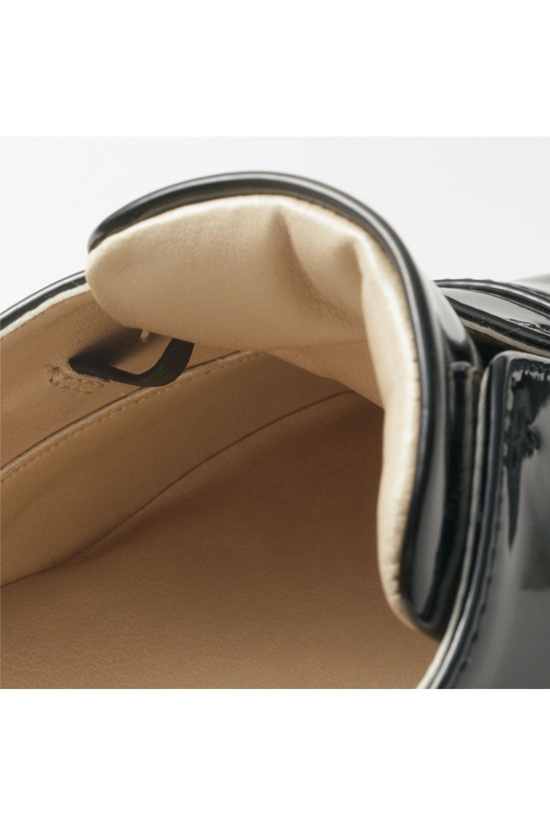 クッション性を高めたタンの内側はゴム入りなので足当たりがソフトでフィット感も抜群。脱ぎ履きしやすく、歩きやすい。