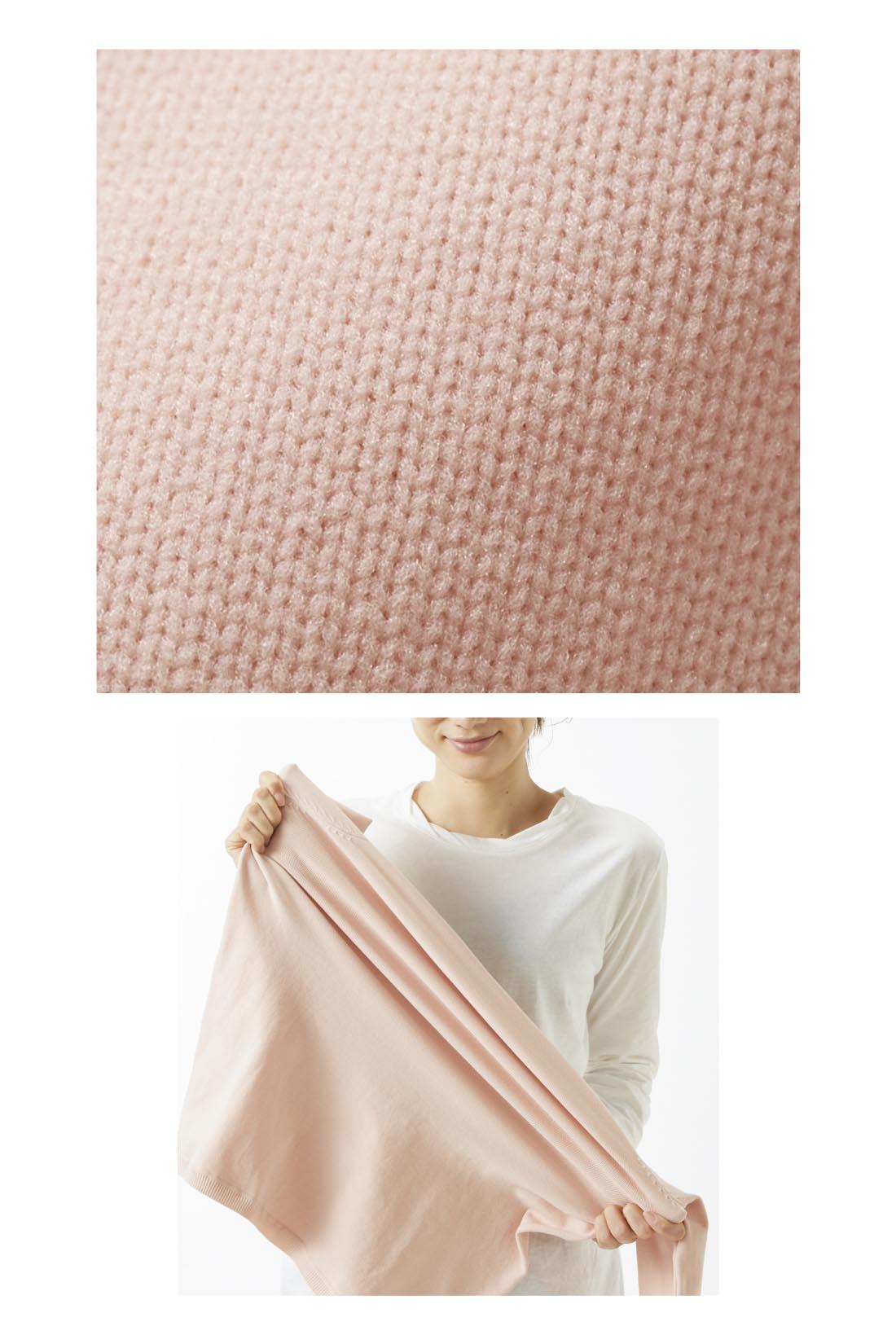さらりとしたナイロン100%のストレッチ糸を編み立てているので、驚くほど伸びやかで型くずれの心配も少ない。ニットなのに洗濯機で洗える気軽さも、毎日袖を通したくなる理由。