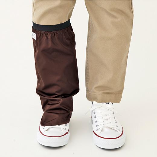 パンツのすそはもちろん、甲部分までぬれからカバー。パンプスの足もとにも◎。