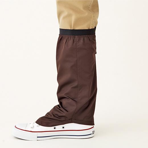 後ろははき口にかかる丈で、靴の中に雨が侵入しにくい。