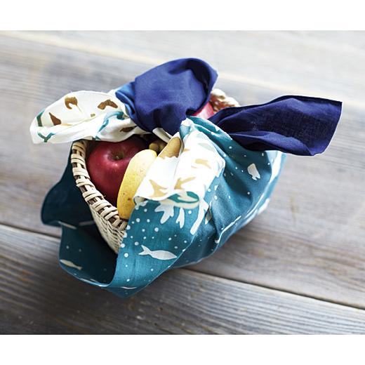 """「手さーじ」とは、手ぬぐいほどの布をさす""""うちなーぐち(琉球言葉)""""です。作り手の女性の想いが込もった布として特別な意味を持ちます。"""