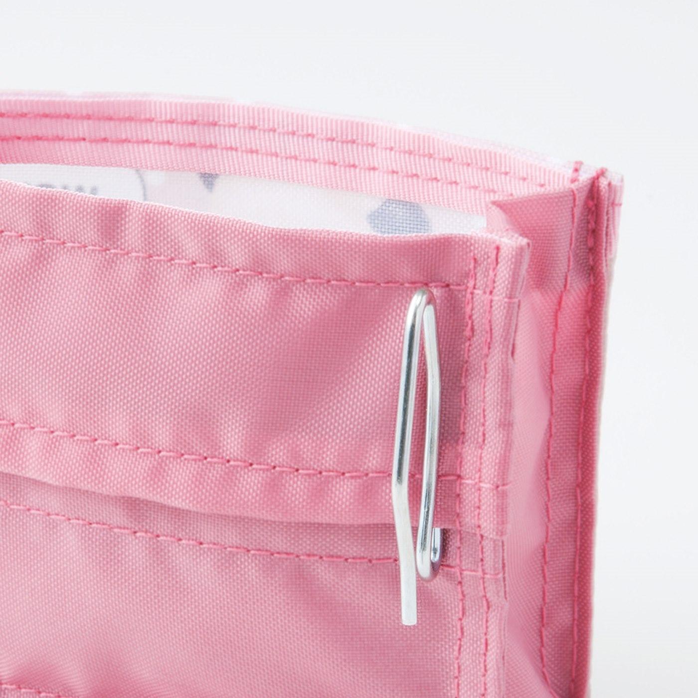 裏側のフックで、冷蔵庫のドアポケットに取り付け。