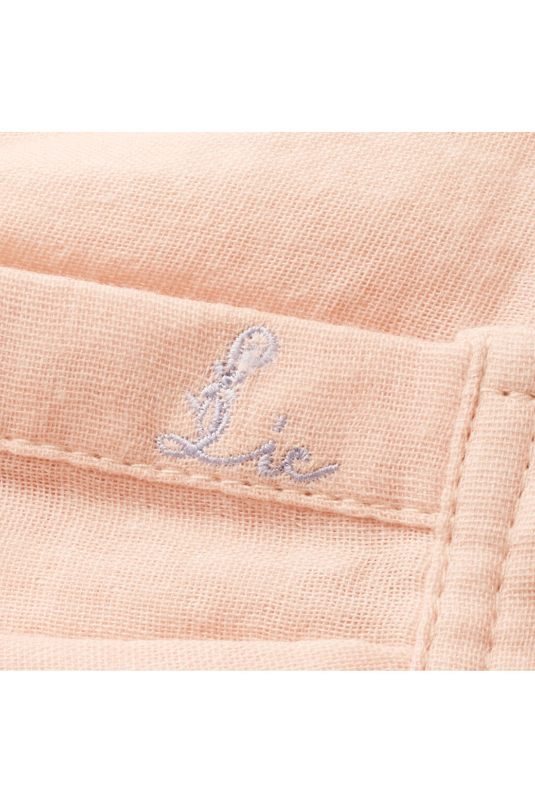 左手もとにはリブインのオリジナルロゴ刺繍のワンポイント。 ※お届けするカラーとは異なります。