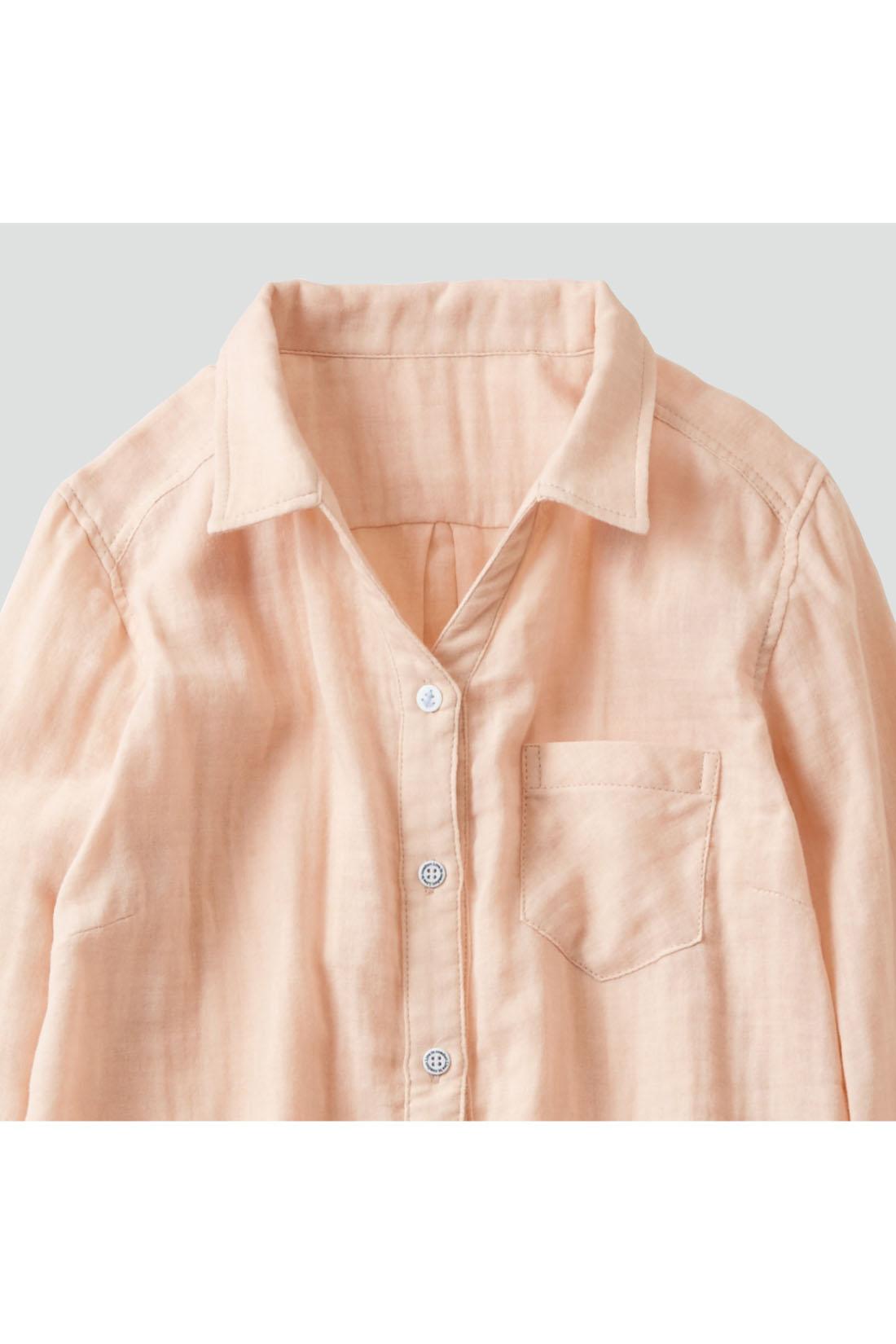 衿ぐりは顔まわりをすっきり見せるスキッパーデザイン。小さめの衿が女性らしさをアピール。