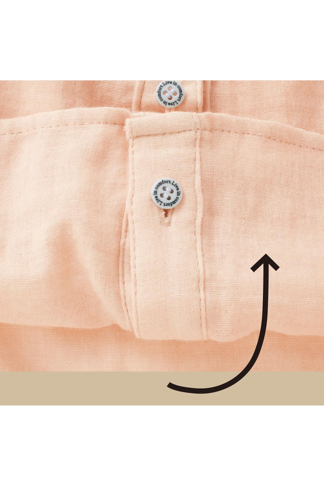 裏側のボタンを留めるとフロントイン風に見えるロールアップボタン付き。ウエストまわりがもたつかずノンストレス。