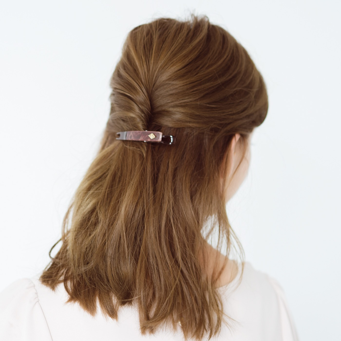 くるっとねじって留めるだけで、ふんわり華やかヘアスタイルが完成。