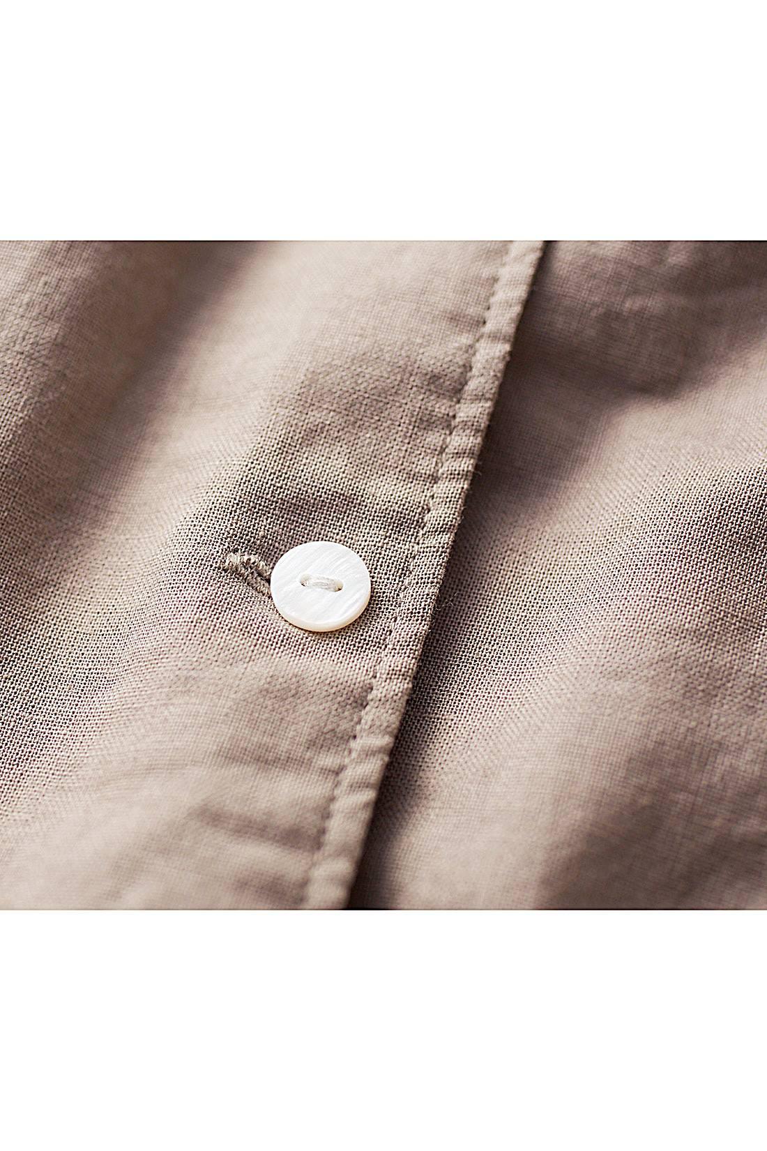 洗いをかけた綿麻素材は、やわらかさも軽さも上々。素材とマッチするシェル調ボタンも上品なアクセントに。
