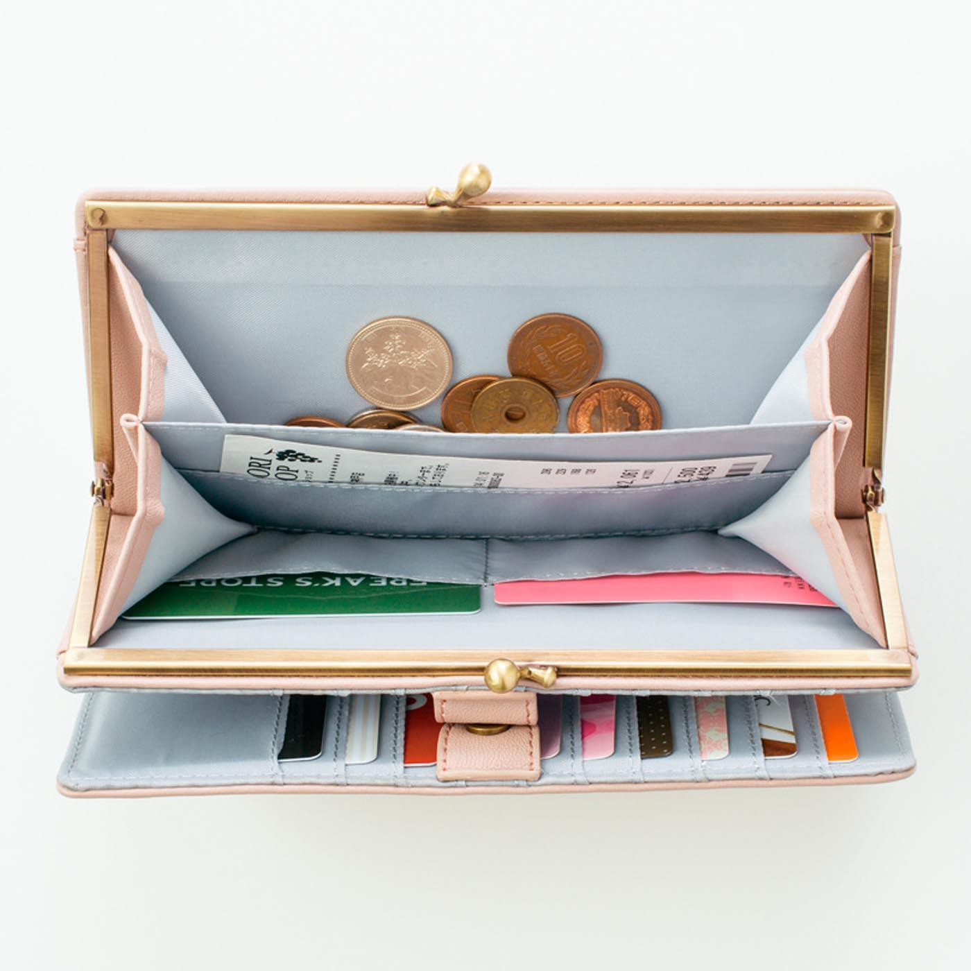 貴重なカードを入れるカードポケットは2つ。まん中のポケットにはレシートを入れても!