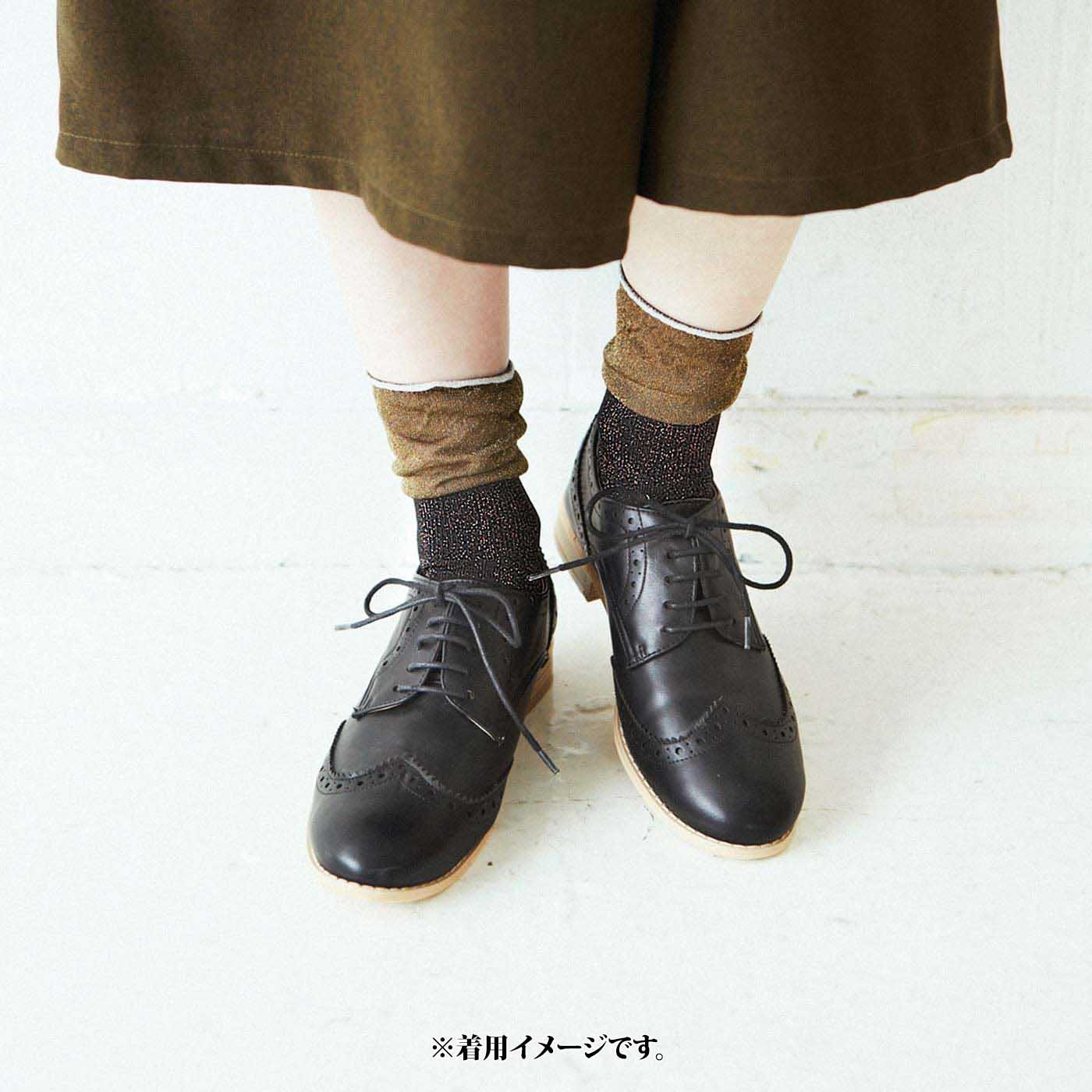 薄手なので、細身の靴にも。ひざ下丈のボトムスは伸ばして素肌の見えるボリュームを調整して。
