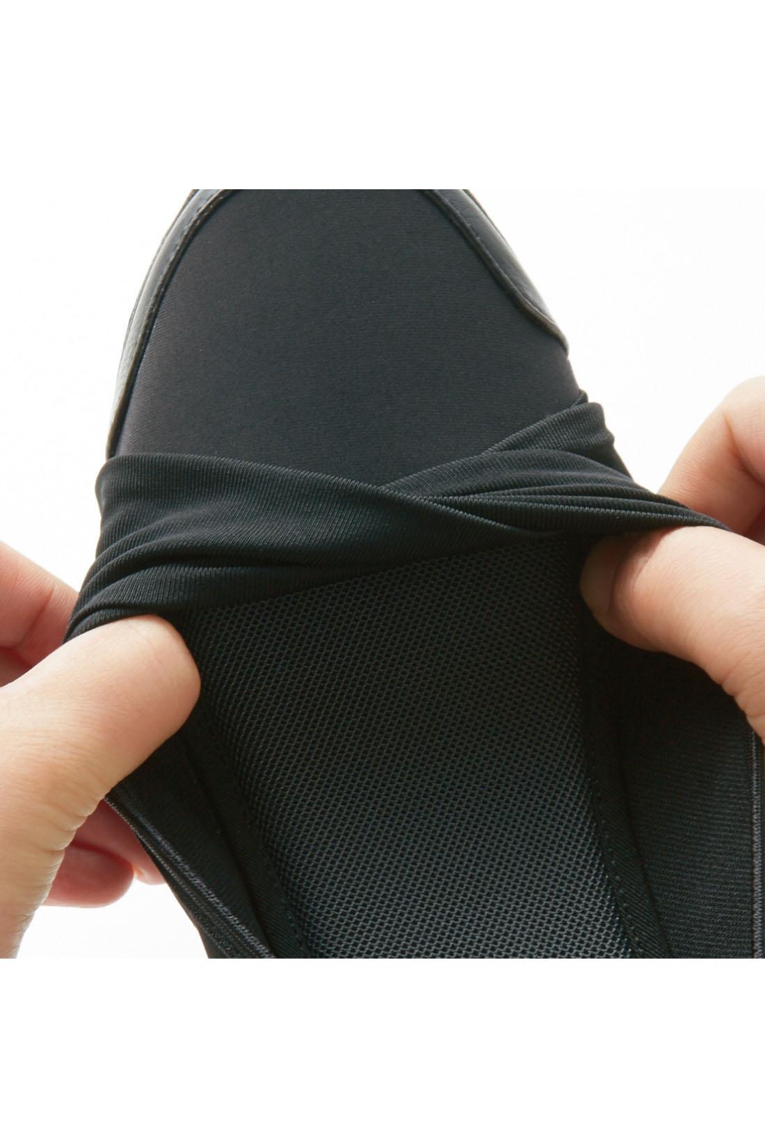 アッパーもサイドもストレッチ素材で脱げやすさも軽減。足当たりがやさしく、長時間歩いてもOK。