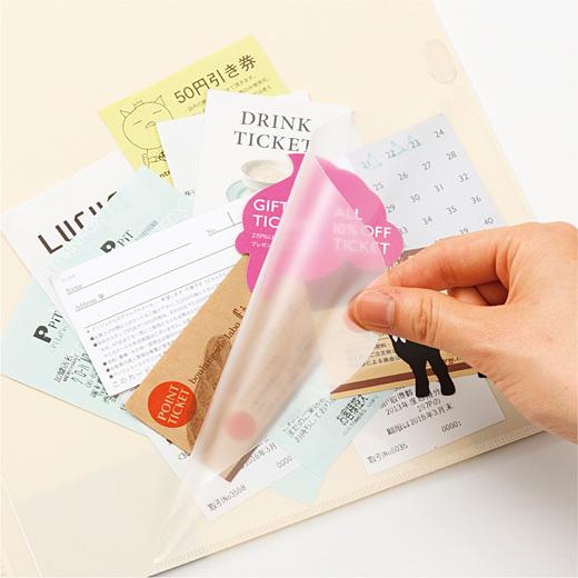 レシートやクーポン、振込用紙などが入れられるポケット。