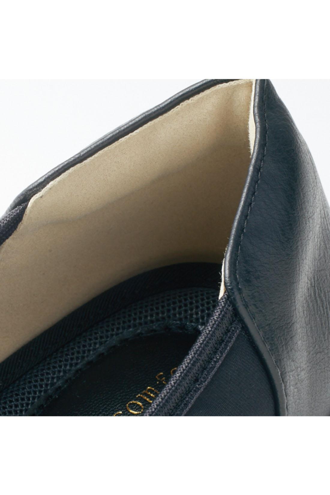 足裏をやさしく受け止めるふかふかメッシュ素材で快適なインソール。かかとのあたりをやわらげるクッションなど、快適さを隅々に。