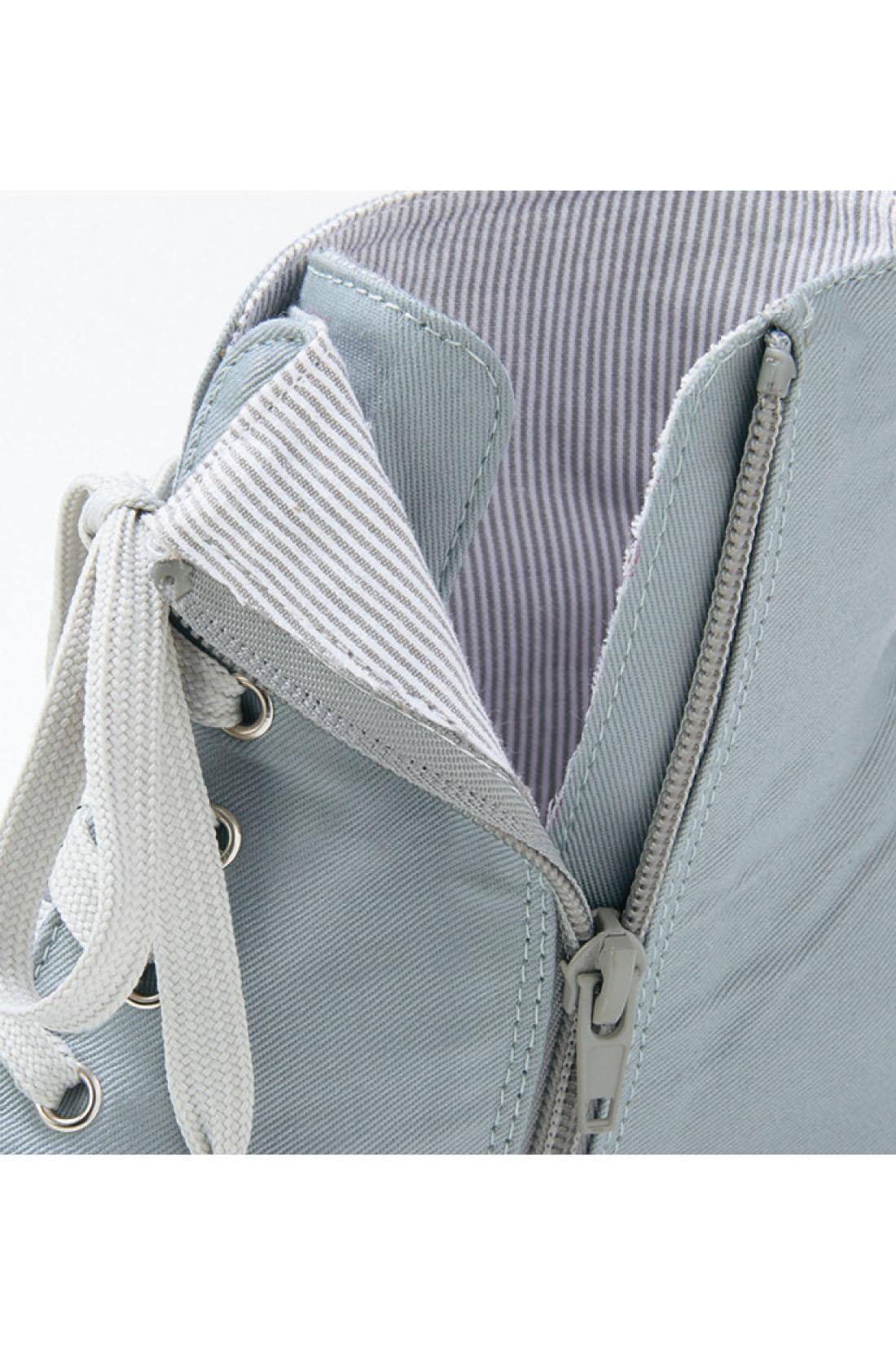 脱ぎ履き簡単なサイドファスナー仕様。ベロの片方を縫い付けているので、履くときのストレス軽減。