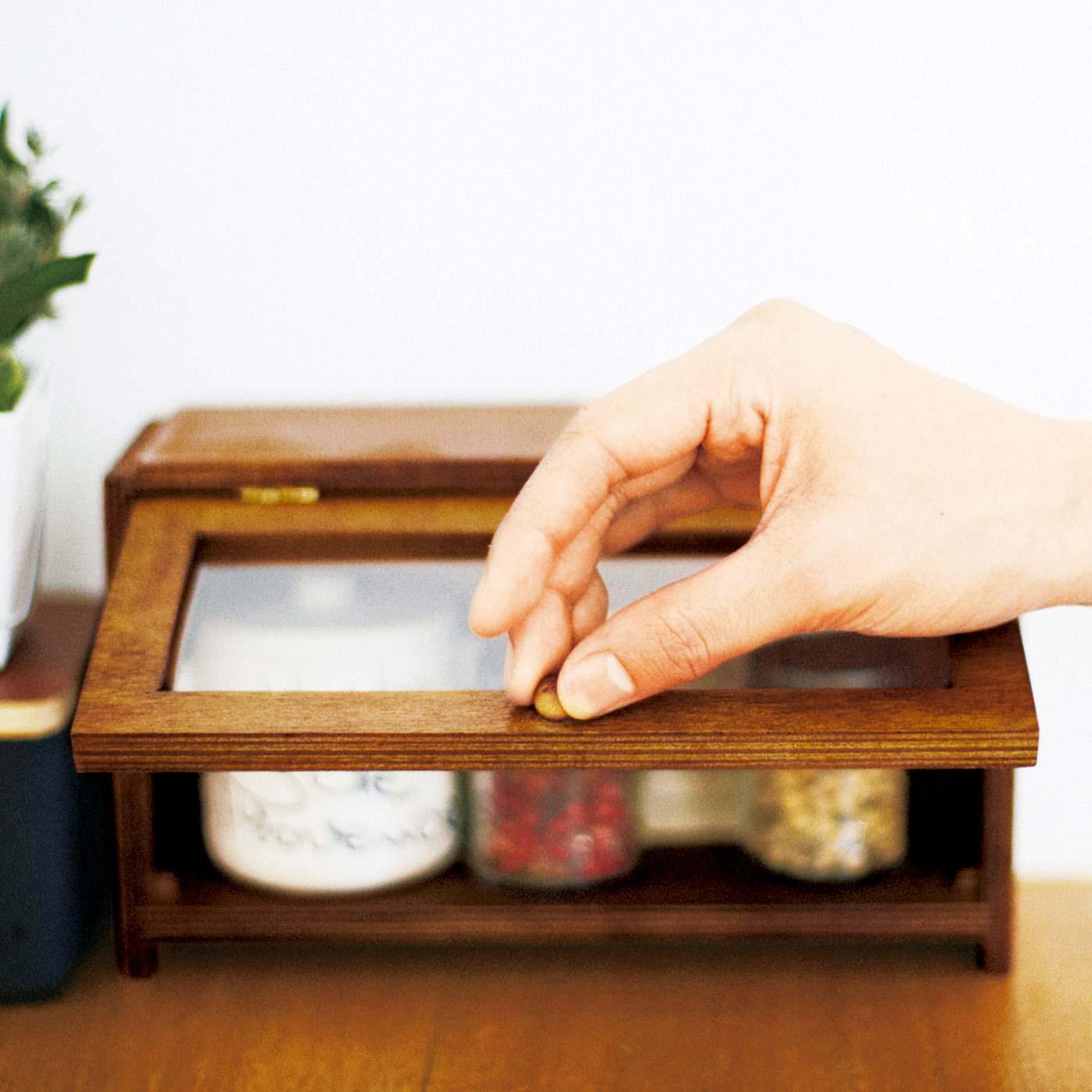 つまみを持って片手でサッと開けられる扉。