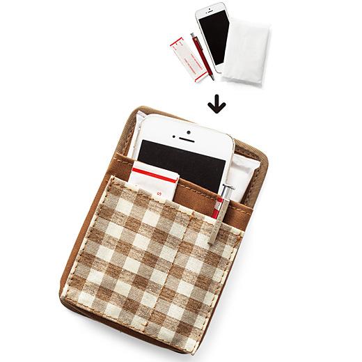スマートフォンも入る大きめポケットと、小物用の仕切りを付けた前面ポケット。