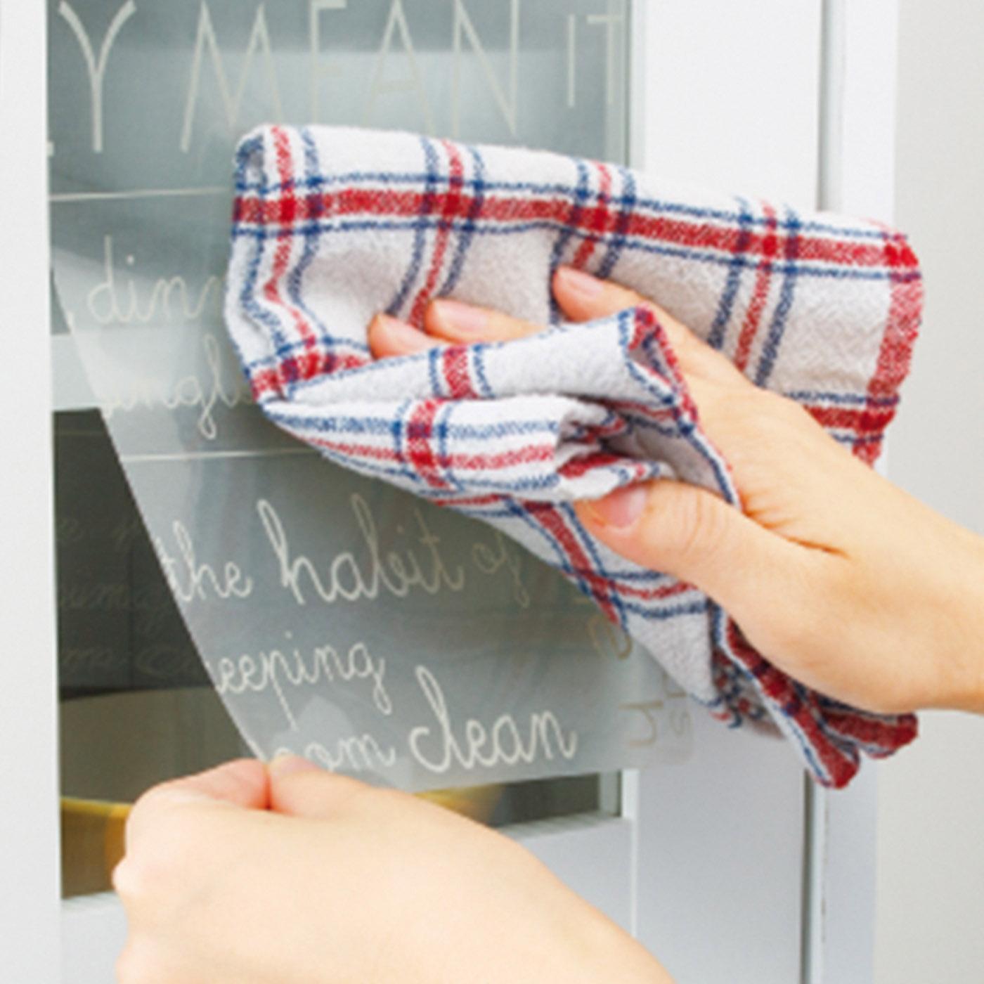 上側からタオルなどで空気を押し出しながら貼ります。