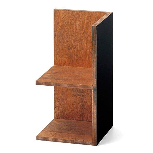 古道具屋さんの背中が黒板組み替え棚の会