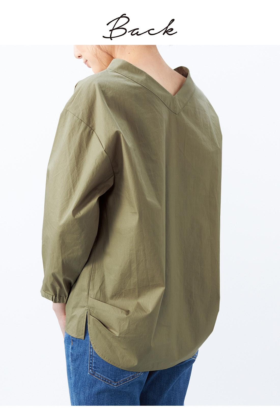 後ろもVネックで、リボンを外してシンプルに着ても。すそに少しだけ入れたタックが絶妙なふんわりシルエットに貢献。