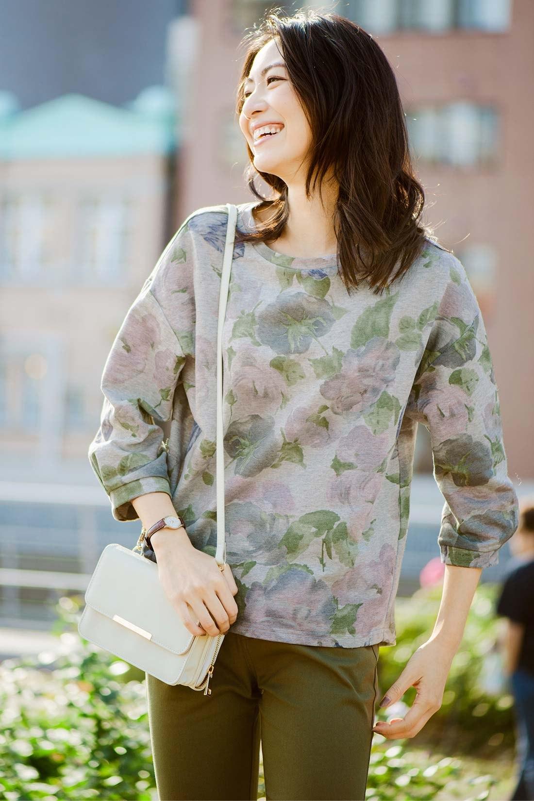トレンドの花柄がうれしい価格で! ドロップショルダーとふんわり袖で二の腕をカバー。