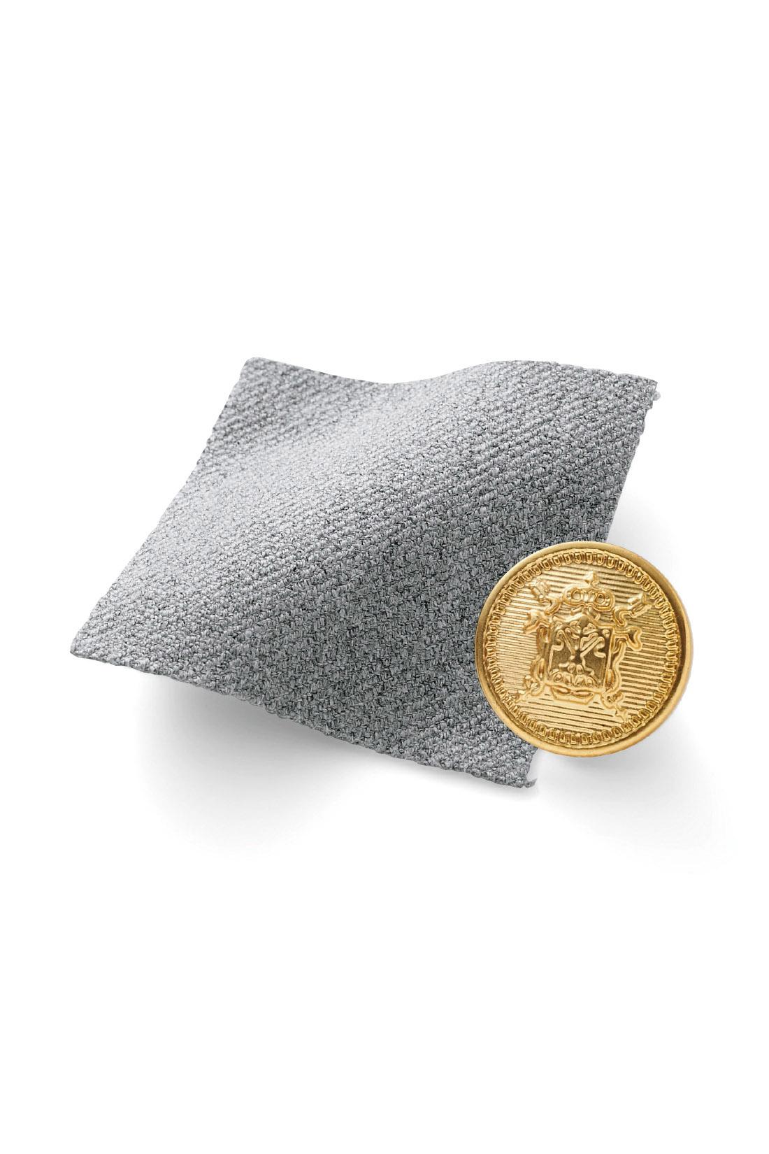 ほどよい厚みで上質感のあるダブルクロス素材。 ウエストの艶消しゴールドのボタンが上品なポイント。