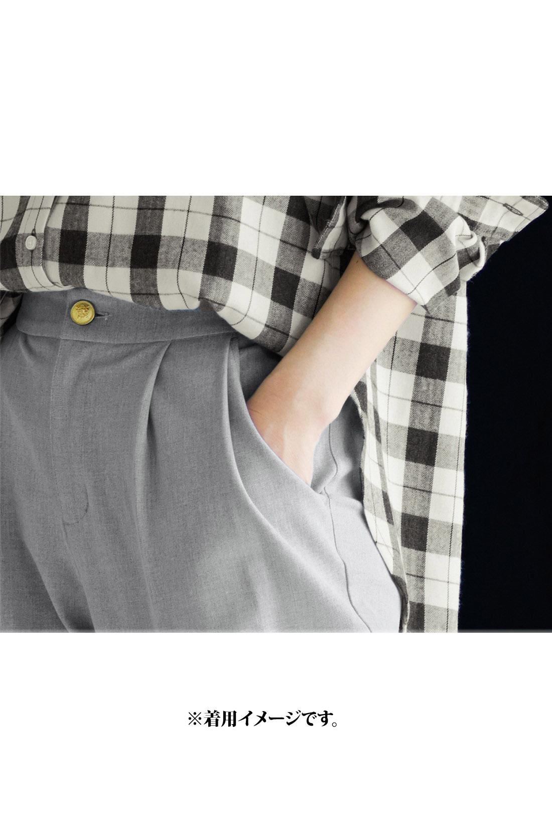 腰まわりのダブルタックとスッキリ見えるテーパードラインが品よくあかぬけた印象。