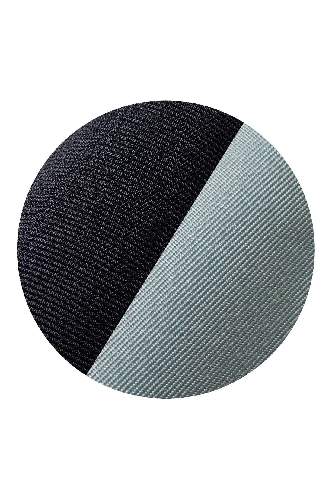 上質感のあるリップル素材のトップスに、ほどよく張りのあるツイル素材のスカート。
