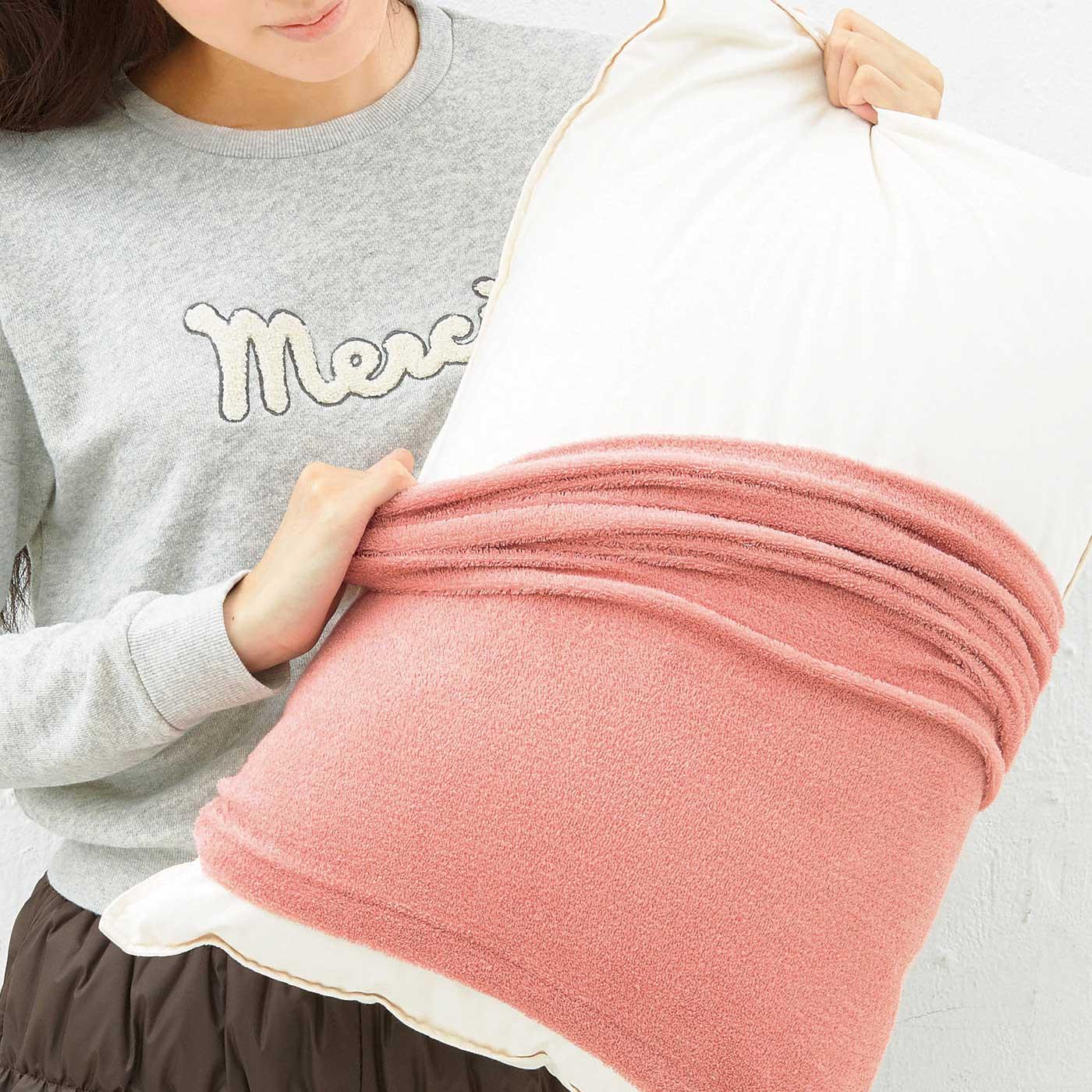伸縮性にすぐれた生地を使用して、付け外しを簡単に。ぐ~んと伸びていろいろなサイズの枕にフィットします。