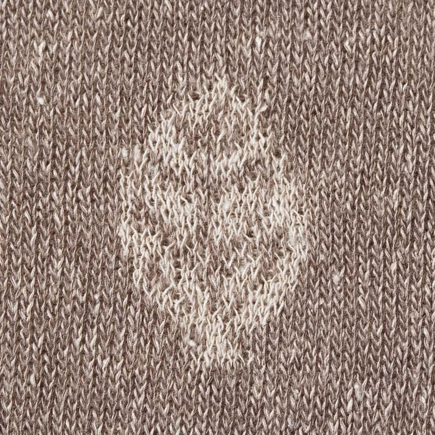 すそに編み込まれた植物モチーフがポイント。