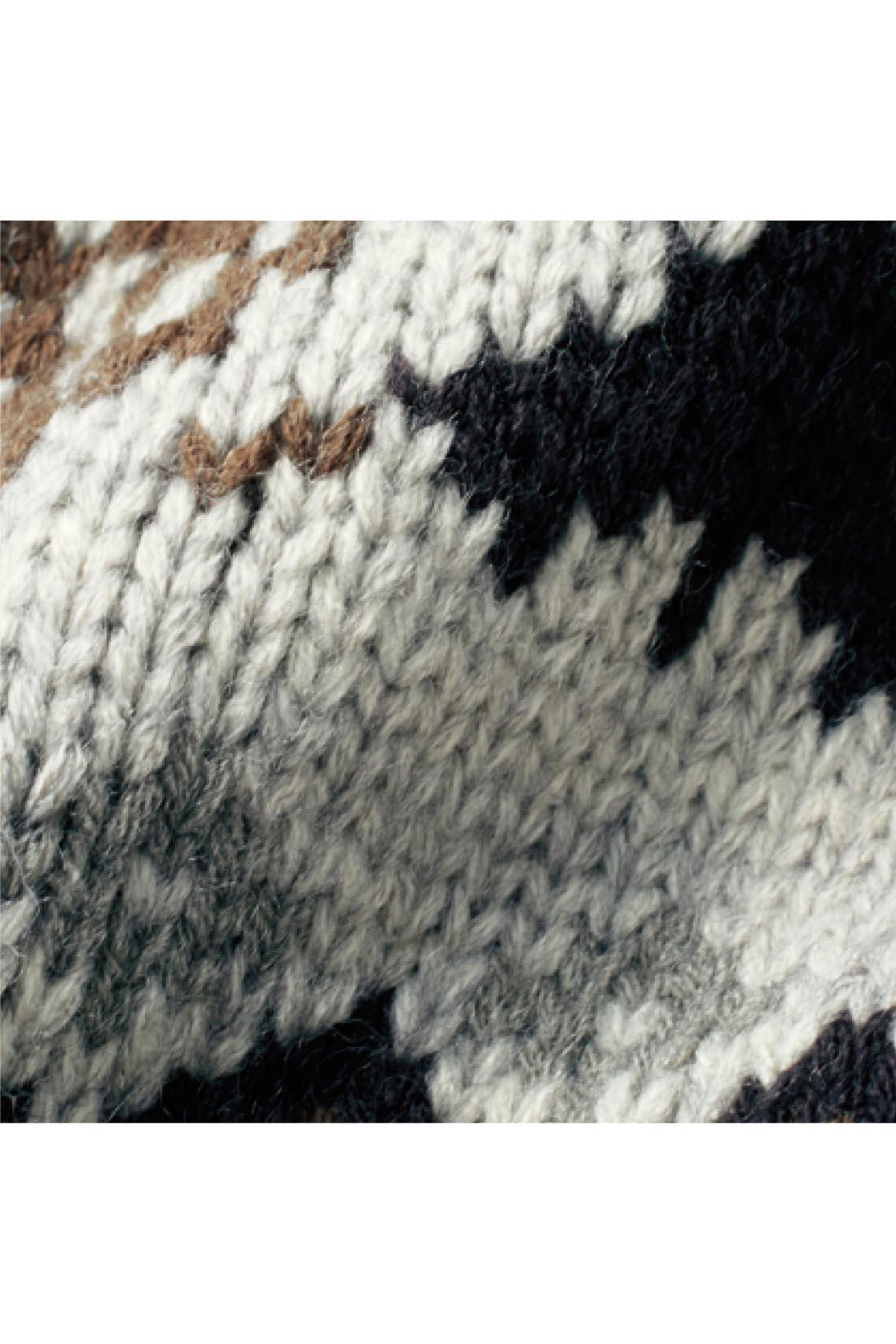 ウール混の素材がざっくり大人っぽい、モコモコしないほどよい厚み。