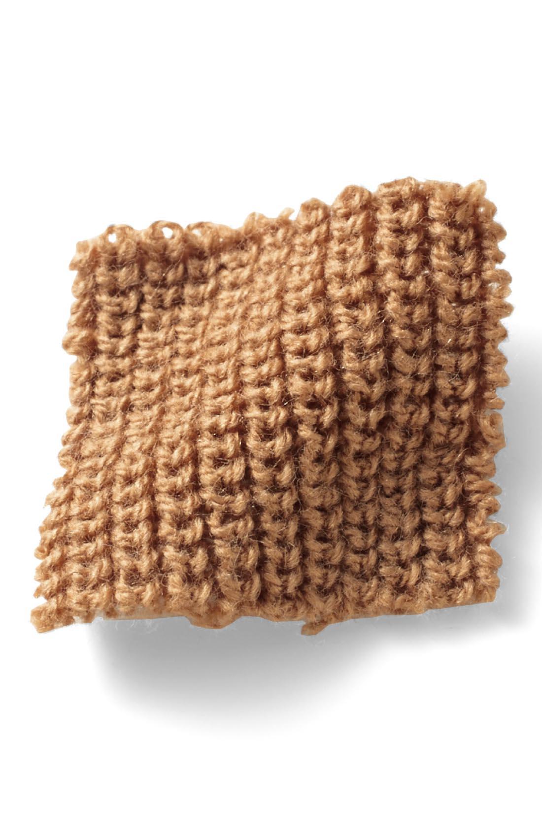 肌心地のいい綿混素材を、スラリと縦長の印象をつくるあぜ編みに。