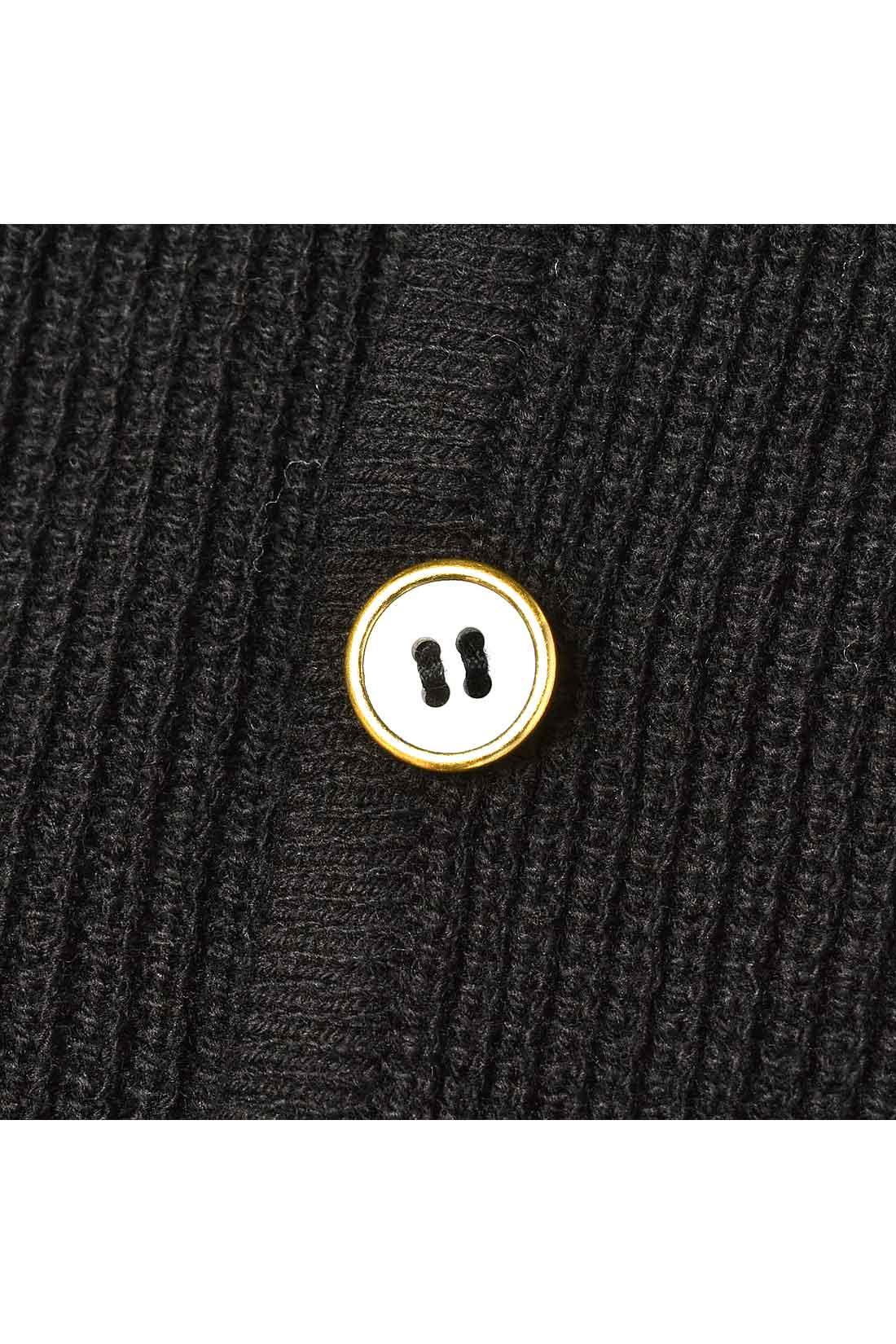 ゆるっとはおるデザインながら、フロントのひとつボタンで着まわし力アップ。