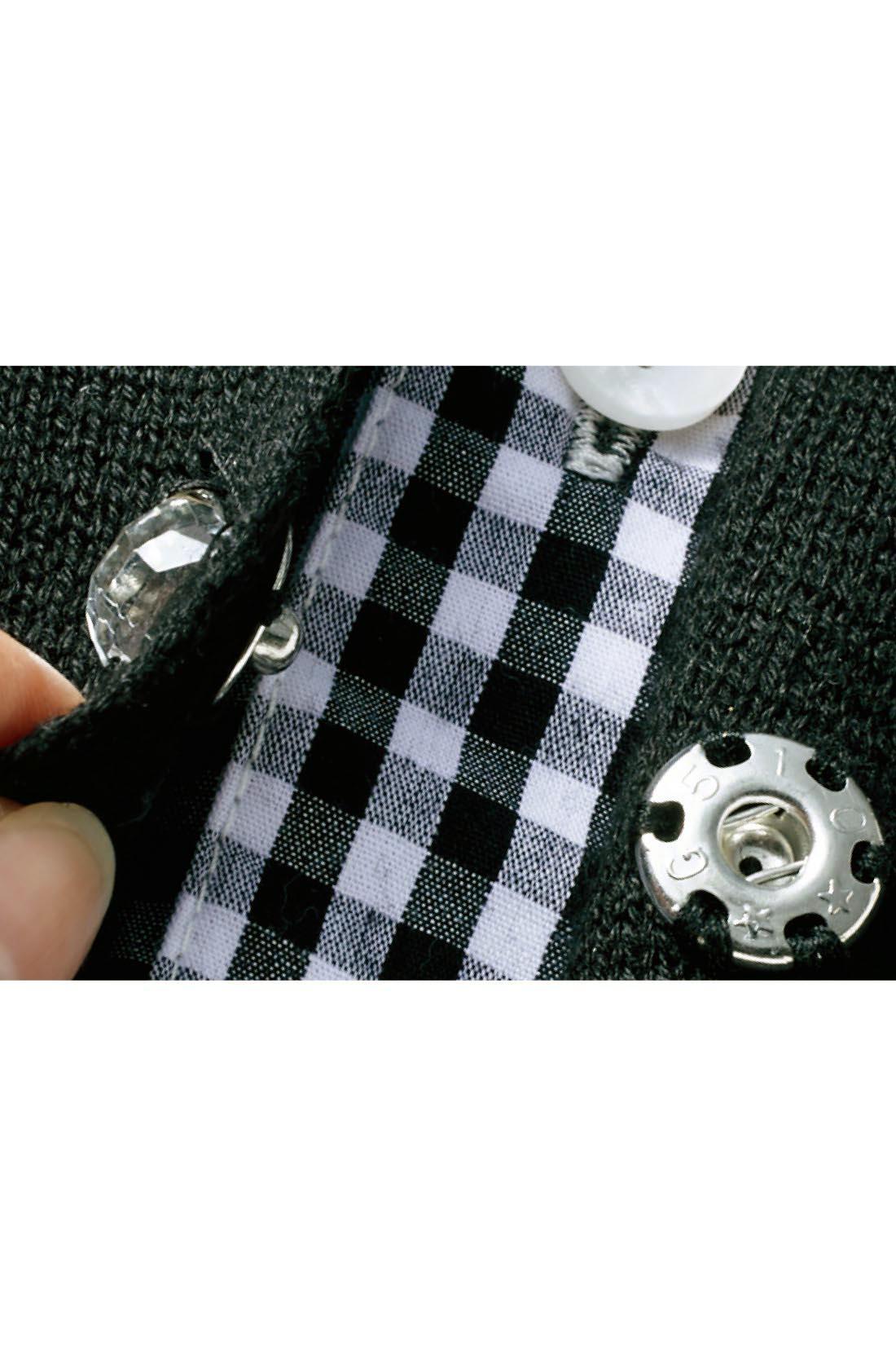 ニットのスナップボタンの上にはビジューがキラリと華やかなアクセント。