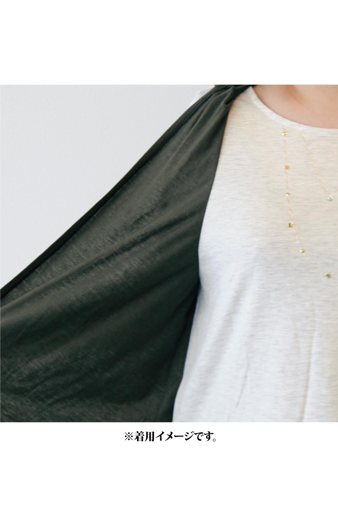 サイドでジレとTシャツがドッキングしているのに、自然な重なりで本当に重ね着しているような印象。