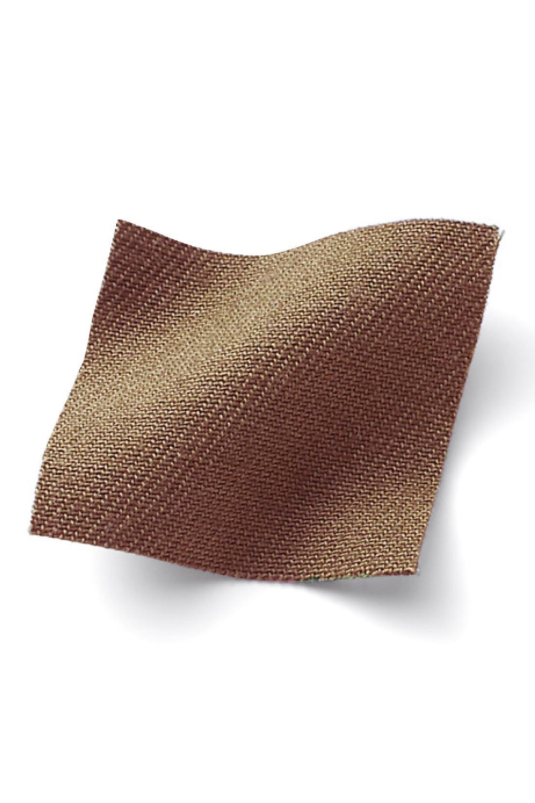 さわやかなコットン100%のバックサテン生地に洗いをかけた素材は、きれいめでこなれた印象。