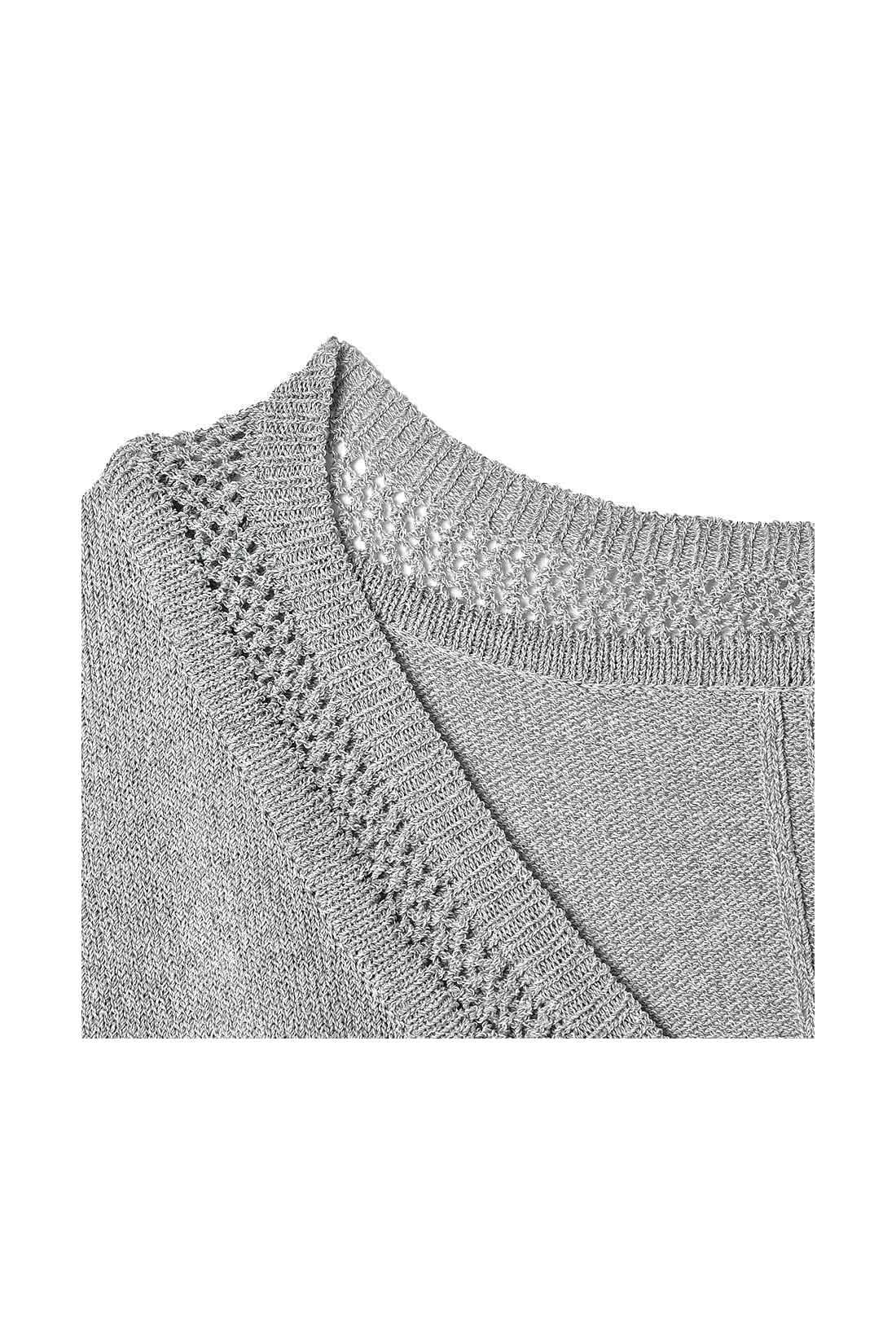 衿ぐりは繊細な透かし編みやVネックなどスッキリ見えするディテール。