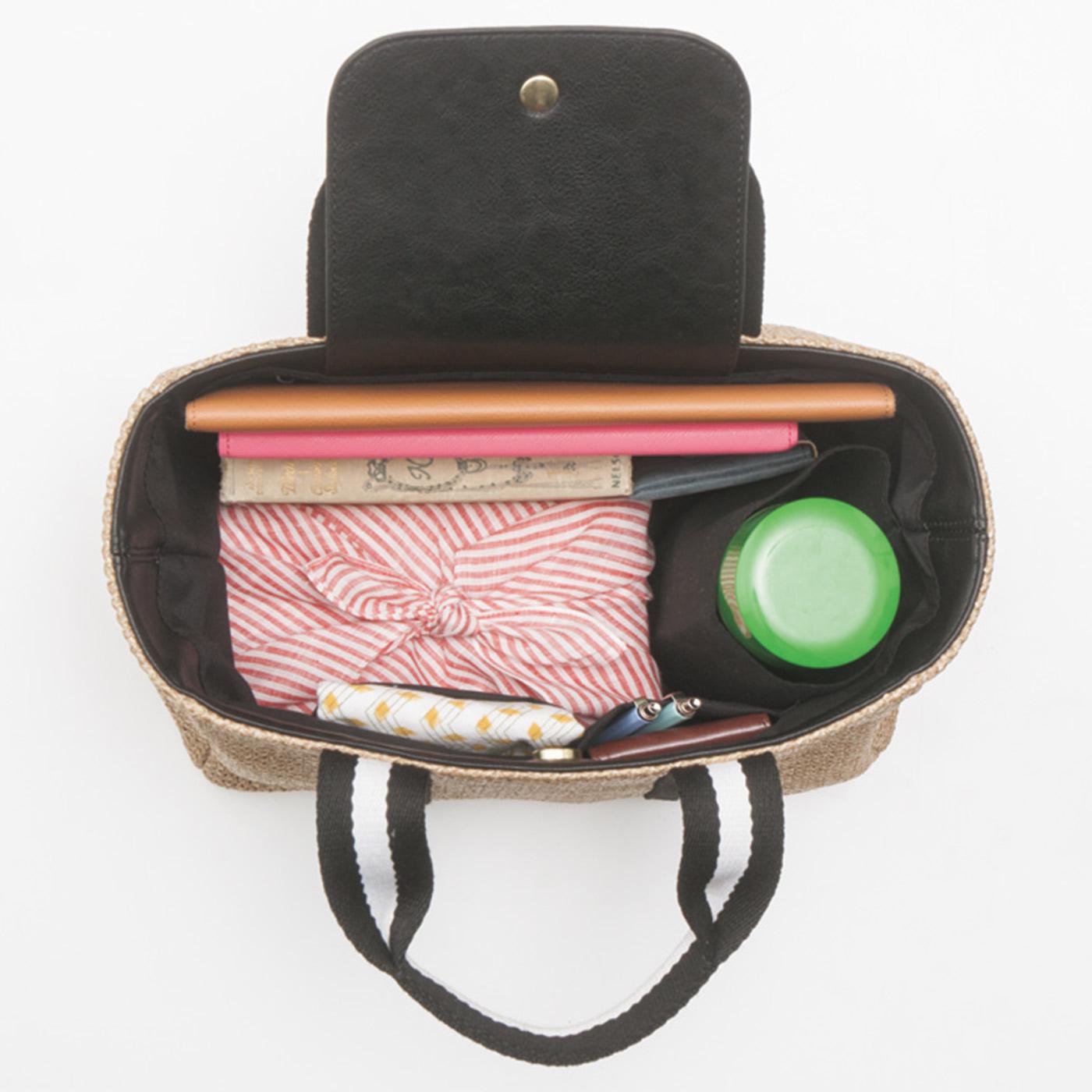 折りたたみ傘やペットボトルを立てて入れられるホルダーと、3つの内ポケットですっきり整とん。