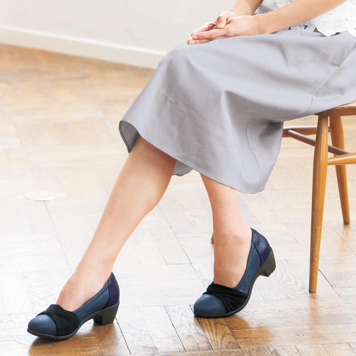 黒いリボンでキュッと引き締め、小足に見せる大人かわいいデザイン。