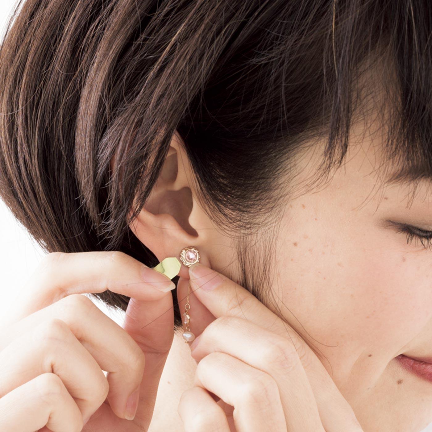 【貼るだけの3ステップ】粘着部分を耳たぶに押し付けて固定します。