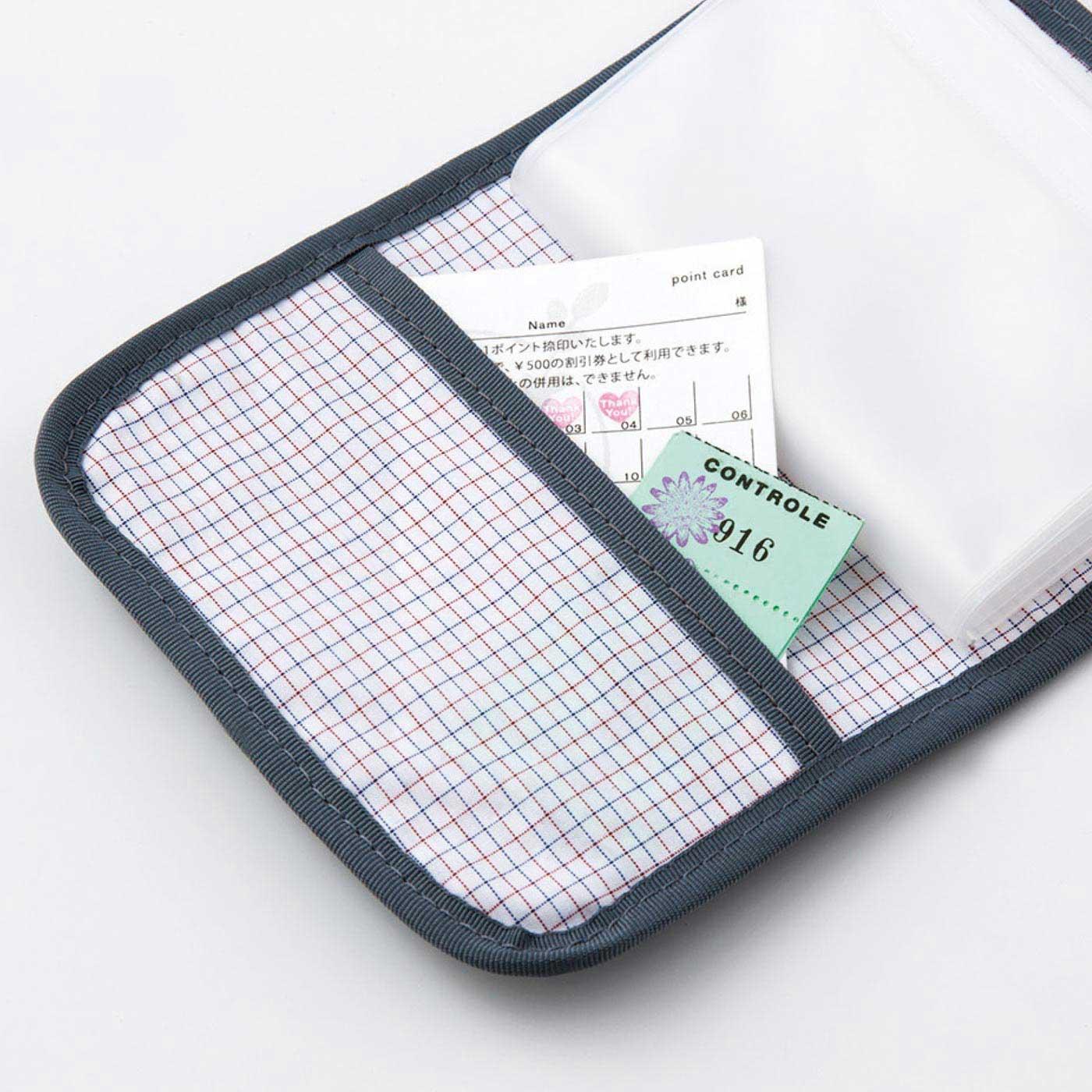 カードやクーポン、診察券などがすっぽり入る便利なポケット付き。