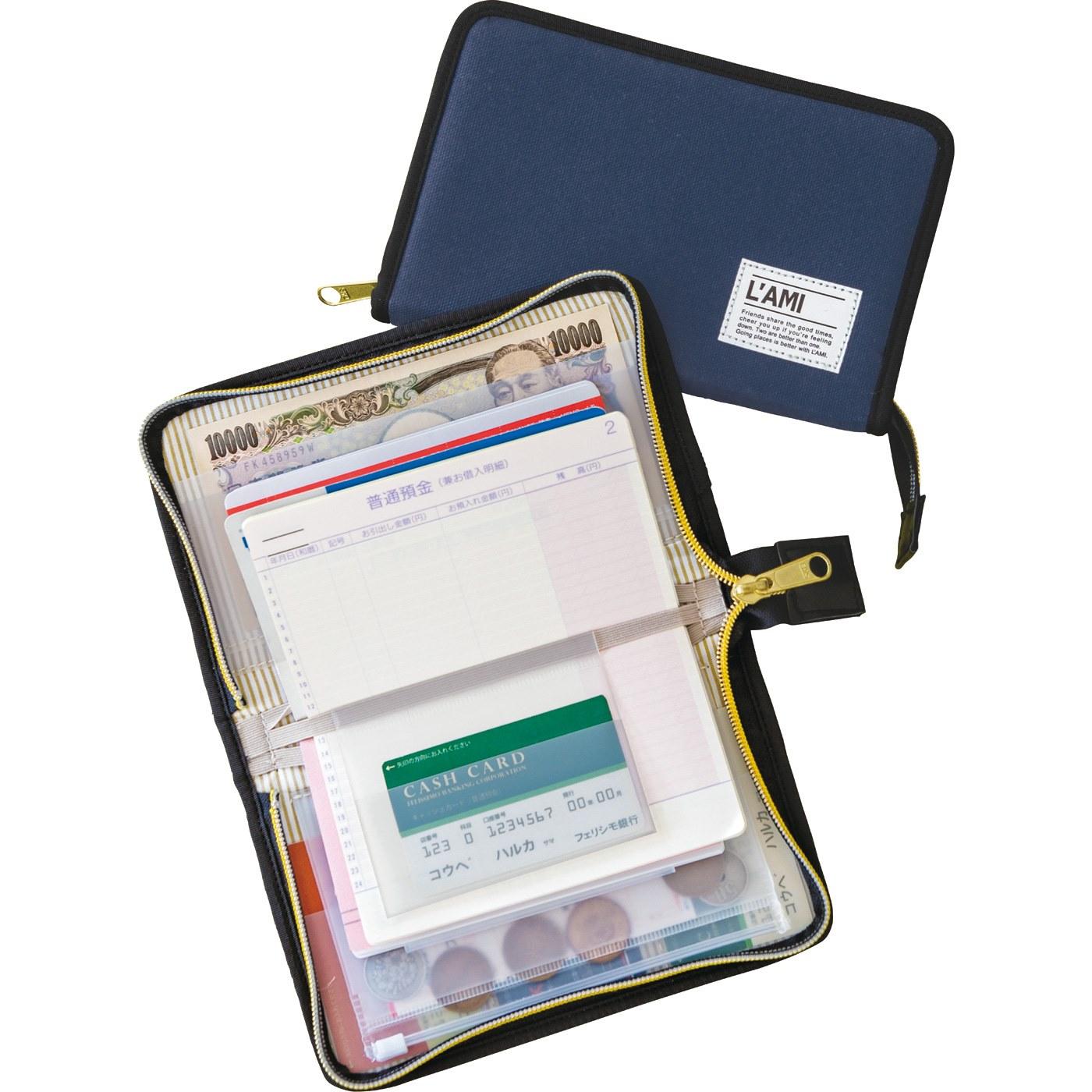通帳とキャッシュカードを一緒に3セット収納OK。ぐるりと開閉するファスナーは、大切なものが落ちたり飛び出したりするのを防いで安心です。