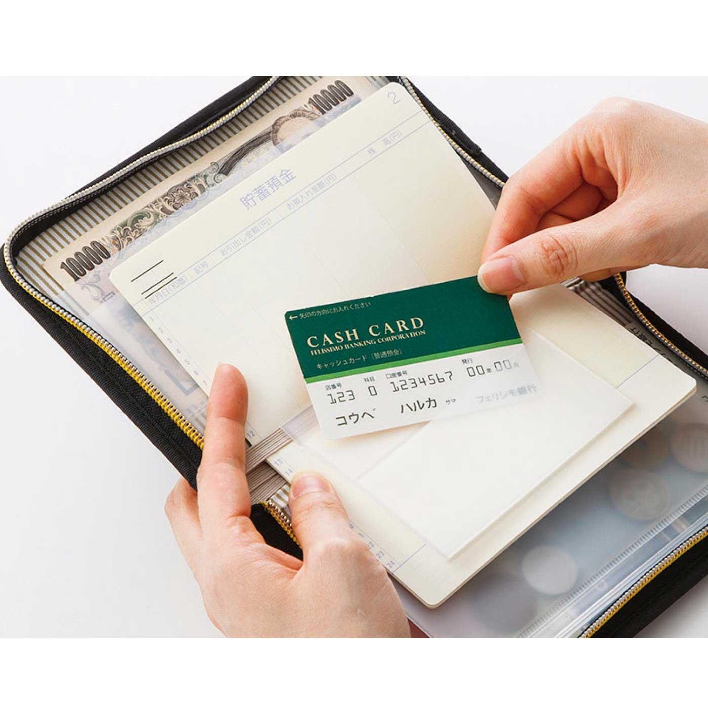 ATMの前では、サッとカードを取り出し。通帳とカードを一緒に保管しておけるので、複数の口座を持っていても混乱しません。