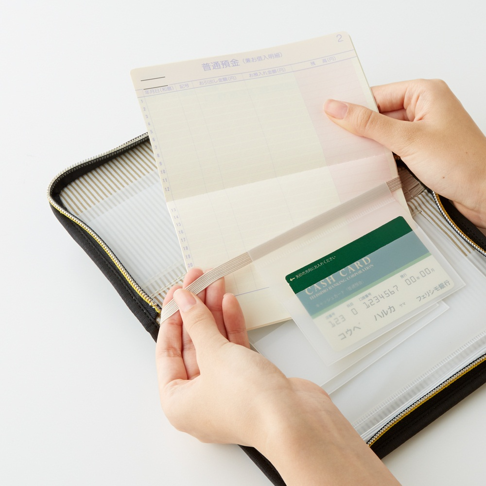通帳は開きたいページにゴムを通して収納。使いたいときにそのページがさっと開きます。