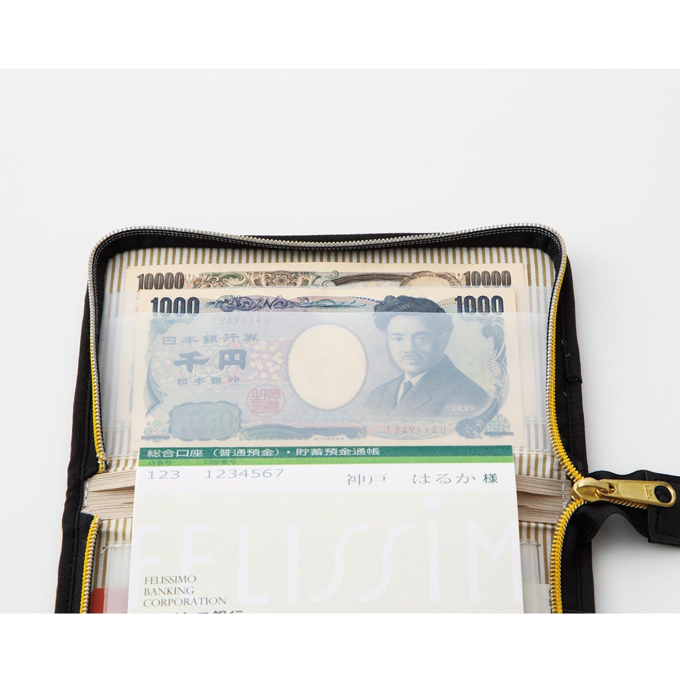 引き出したお金を入れられるふたつのお札ポケット付き。