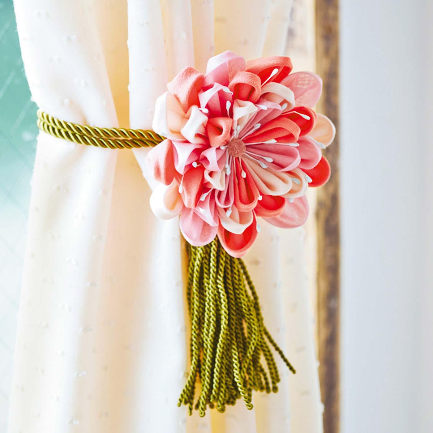 大ぶりサイズだから、リボンやひもに通してカーテンタッセルにしても。シンプルなカーテンに華やぎを添えてくれます。