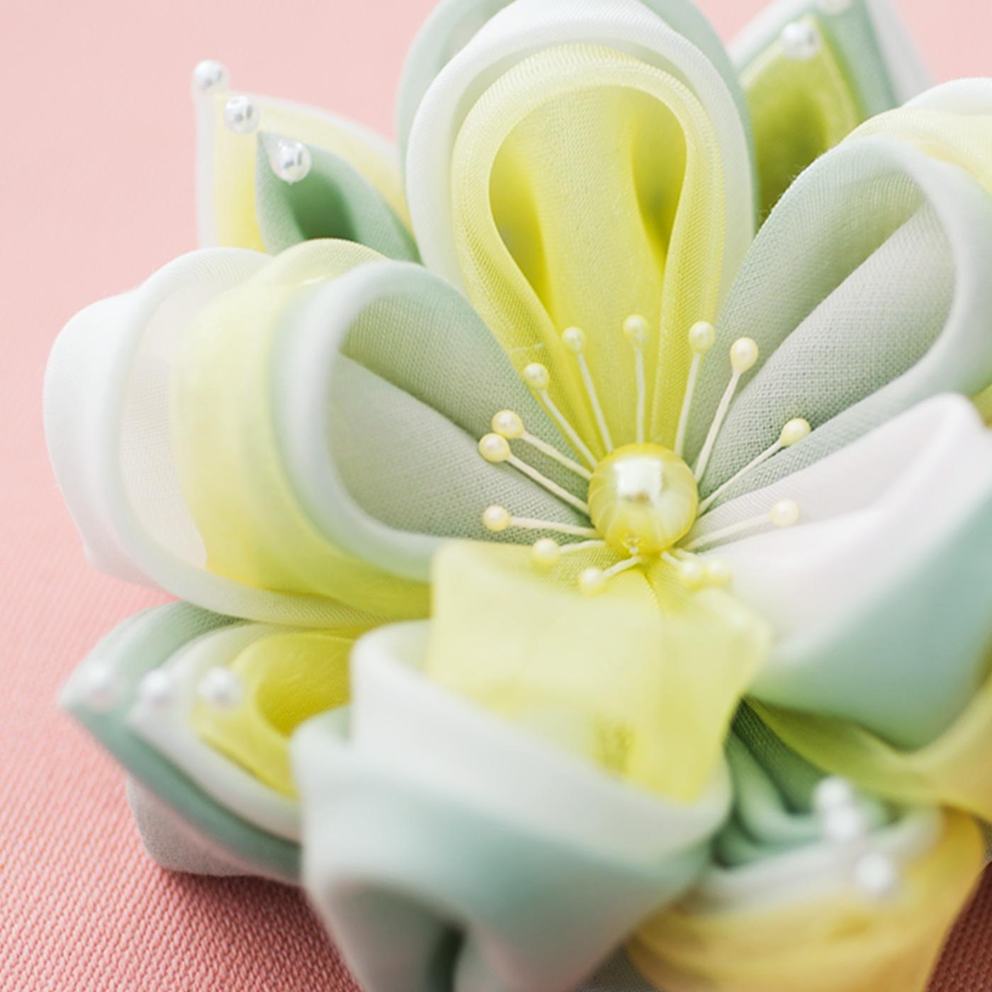 ナイロン、レーヨン、コットンなどさまざまな素材を組み合わせるので、光沢や透け感も多様で豊かな表情。